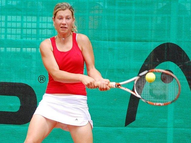 Česká tenistka Aneta Dvořáková (na snímku) porazila ve čtvrtfinále mistrovství Evropy v Plzni Rakušanku Barbaru Haasovou 6:4, 1:6, 6:1. O postup do finále si to v sobotu rozdá v českém souboji s Petrou Rohanovou.