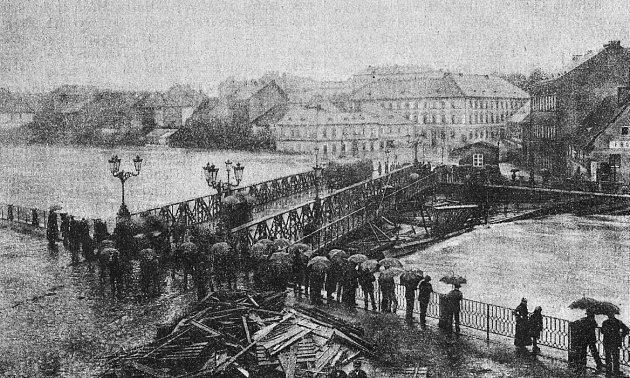"""Povodně roku 1890poničily nový """"pražský most"""" na Poděbradově třídě."""