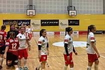 Hráčky Plzně (v bílém) po prohraném zápase v Olomouci.