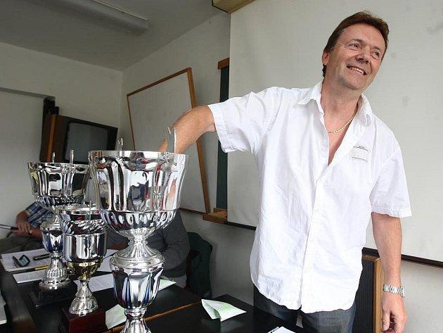 Předseda plzeňského krajského fotbalového svazu Roman Berbr losuje dvojice soupeřů fotbalových baráží
