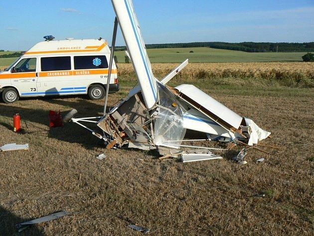 Zraněnému pilotovi pomáhali z kokpitu hasiči, do plzeňské fakultní nemocnice ho transportoval zdravotnický vrtulník