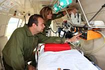 Kontrola všech přístrojů probíhá každé ráno. Zdravotní sestra Eva Märzová zapíná defibrilátor.