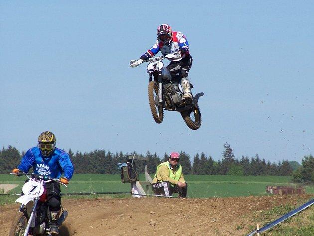 Nýřanský motokrosař Karel Kozák (ve vzduchu) vstoupil do seriálu Mistrovství Evropy v Horním Újezdu třetím místem