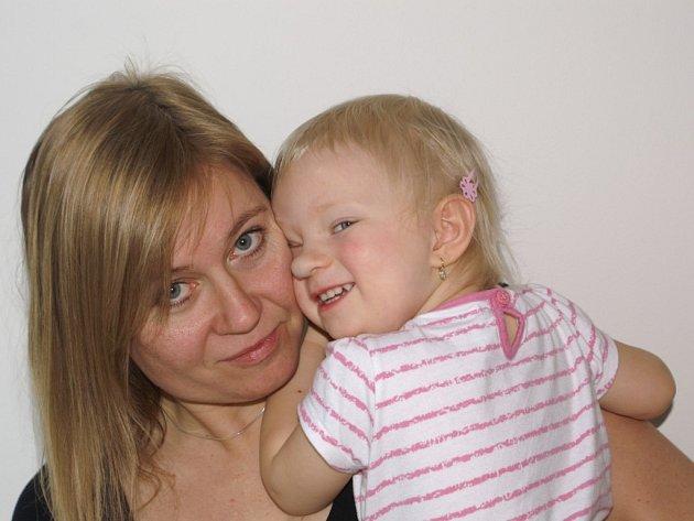 Lenka Churavá (na snímku s dcerou Luckou) se narodila v přestupném roce, dnes tak slaví 9. a 36. narozeniny