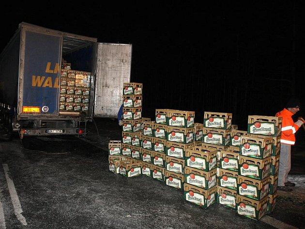 Nehoda kamionu s pivem zablokovala v úterý večer na dvě hodiny hlavní tah na Most za obcí Třemošná