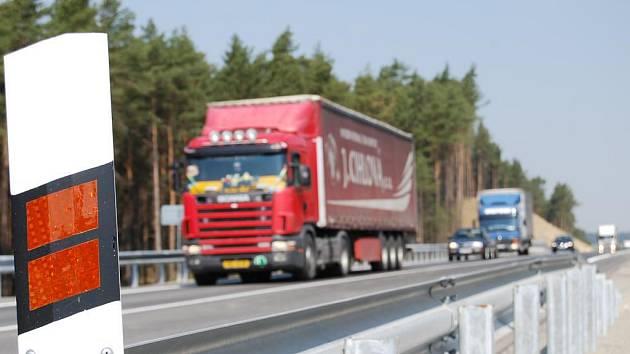Doprava jezdí mimo město třetí den a lidé už si pochvalují, že kamionů i malých aut ubylo