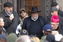 Rabín Karol Sidon na pietním shromáždění u Velké synagogy