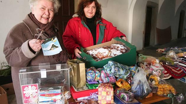 Anna Srbová z Městské charity Plzeň (vlevo) a Alena Carmineová s dárky pro potřebné.