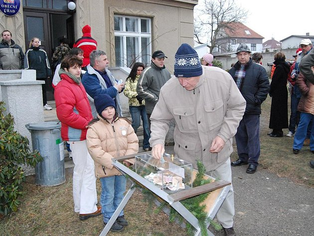 VÁNOČNÍ SBÍRKA. Lidé dávali peníze do speciálního boxu. Snímek pochází ze Šťáhlav.