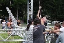 Na pódiu, které do Plas vezou Kabáti, se během letošního Czech Rock Blocku objeví i kapely jako Arakain, Debustrol, Alkehol, Harlej, Walda Gang, Rybičky 48, Mandrage, Törr a další. Scéna je tak velká, že ji bylo třeba začít stavět už ve čtvrtek.