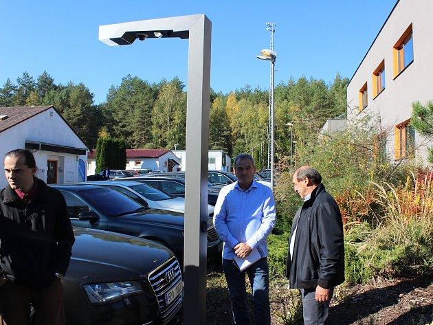 Inteligentní lampa, kde se dá připojit na Wi-Fi, dobít elektrické auto a mnoho dalšího