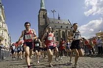 S plzeňskou věží za zády  vyrážejí běžci, zleva Vlastimil Šroubek, Kamil Zajíček a Roman Skalský  na trať nedělního půlmaratonu, memoriálu Onči Krásného