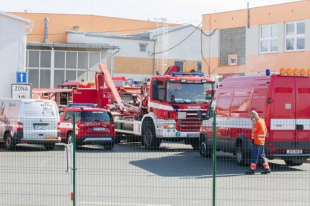Hasičské ipolicejní vozy a záchranky obklíčily vúterý po osmé ráno areál firmy HP Pelzer na okraji plzeňských Radčic. Uvnitř došlo kúniku nebezpečné látky, všechny zaměstnance bylo třeba evakuovat.