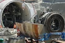 Stroj, jenž vyhloubil první čtyřkilometrový tubus budoucího nejdelšího železničního tunelu v ČR, nyní stavbaři rozebírají a postupně transportují ke Kyšicím.