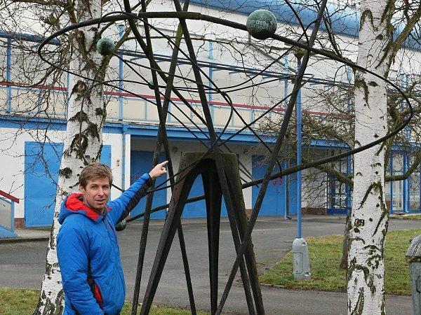 Plastiku Josefa Klimeše našli nadšenci vareálu střelnice vLobzích. Na fotografii je Aleš Hejna.
