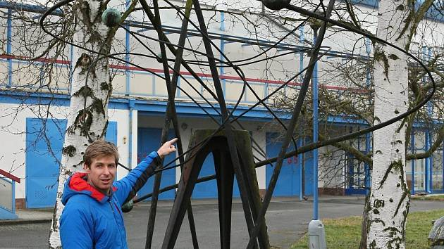 Plastiku Josefa Klimeše našli nadšenci v areálu střelnice v Lobzích. Na fotografii je Aleš Hejna.
