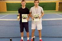 Z vítězství ve dvouhře se na v Dobřanech mohl radovat tenista TCG Karlovy Vary Štěpán Rinko (vlevo), který ve finále porazil svého oddílového kolegu Davida Potužáka.