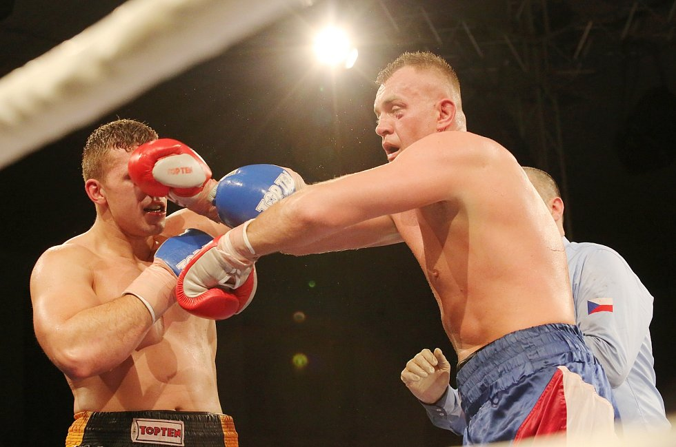 Pavel Šour (vpravo) v ringu proti Tomáši Šálkovi v souboji o pás mistra ČR v dubnu 2019.