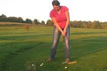 Redaktorka Miroslava Tolarová si vyzkoušela, jak se hraje královská hra - golf