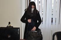Veronika L., obžalovaná z těžkého ublížení na zdraví čtyřměsíčnímu miminku, u Krajského soudu v Plzni.