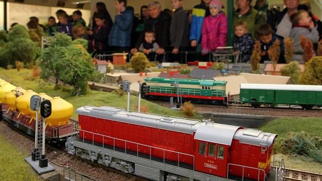 Na kolejišti může jezdit přes třicet vlaků najednou aKlub železničních modelářů Plzeň ho vystavuje až do 4. prosince.
