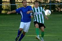 Bolevecký Ondřej Šnaider (vlevo) bojuje o míč se soupeřem v utkání krajského přeboru v Manětíně. Bolevečtí překvapivě remizovali v Manětíně 2:2