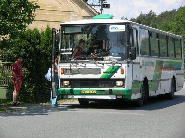Neděle 10. června, 12:55. Do Krašovic přijíždí jeden z mála autobusů, které o víkendu přes obec jezdí