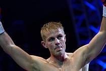 Josef Zahradník zvedá vítězně ruce na hlavu  po utkání s rumunským boxerem Oszkarem Fikem v rámci galavečera profesionálního boxu v Karlových Varech