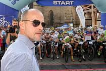 Plzeňskou padesátku odstartoval olympijský vítěz, mistr světa i české extraligy Martin Straka (v popředí),  pozdější vítěz Ondřej Cink je druhý zprava