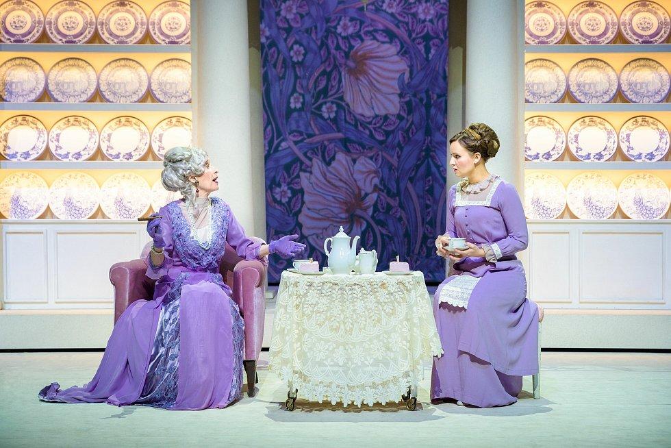 Po devatenácti letech od uvedení posledního zpracování se do repertoáru plzeňského Divadla J. K. Tyla vrací oblíbený muzikál My Fair Lady. Na snímku Monika Švábová, Charlotte Režná.