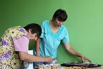 Uživatelky Exodu Jana Kašparová (vlevo) a Michaela Dittrichová zdobí právě upečené muffiny.