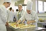 Žáci Hotelové školy se učili připravovat raut