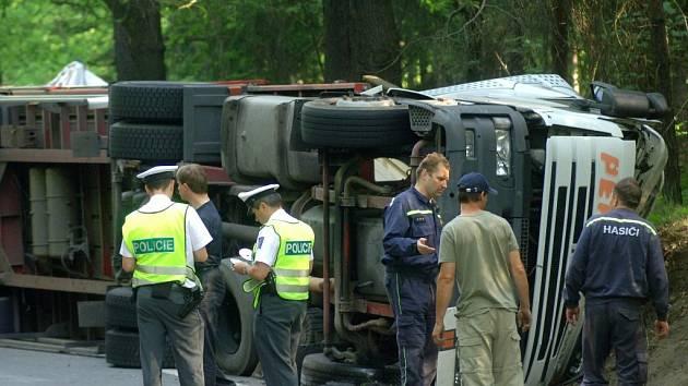 Nákladní automobil převážející 55 tisíc zavařovacích sklenic v pondělí zablokoval dopravu na silnici I/27 mezi Kaznějovem a Třemošnou