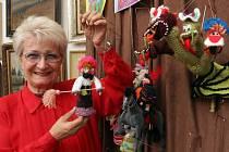Milada Emmerová ukazuje své háčkované loutky. Veselou výstavu v pondělí zahájila v Galerii U Andělíčka