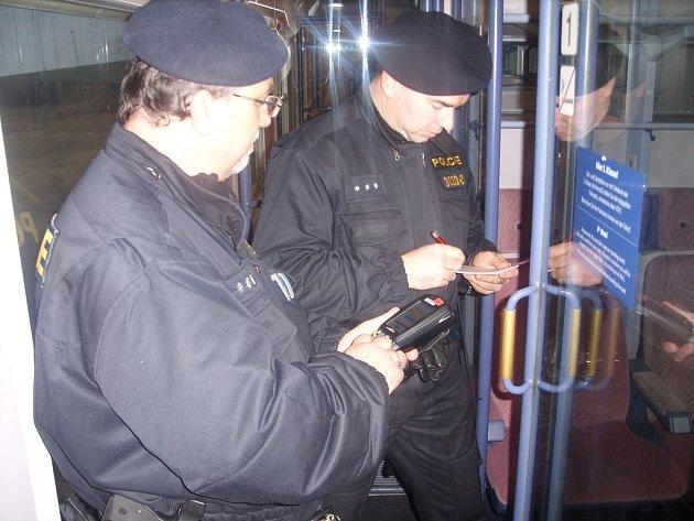 Ve vlacích pracují policisté ve stísněných prostorách.