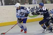 Ve třetím finálovém utkání extraligy prohráli hokejbalisté Škody Plzeň (na archivním snímku v bílém) na hřišti Alpiqu Kladna 1:3.
