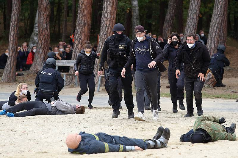 Zásah proti střelcům na technoparty trénovaly oddíly pořádkové policie. 180 příslušníků PČR a 34 policistů ze SRN nacvičovalo jak ochránit účastníky akce a zpacifikovat agresory. U rybníku Bolevák zasahovaly i další záchranné složky včetně vrtulníku LZS.