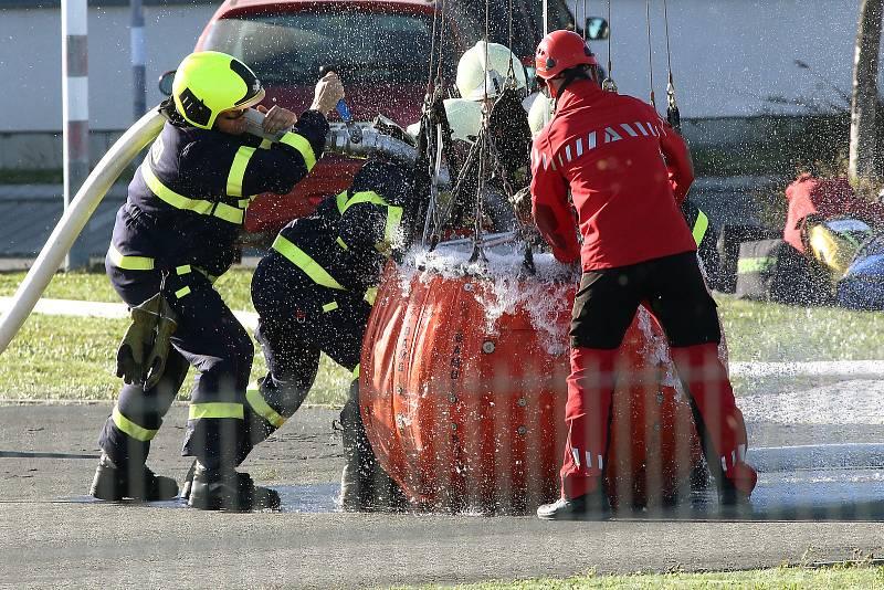 požár les likvidace hasení vrtulník hasiči