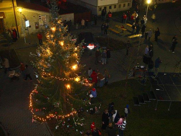 Obyvatelé Stoda se v neděli sešli na pěší zóně. Při čekání na rozsvícení vánoční výzdoby je zahřálo svařené víno a čaj, které byly k dispozici všem zdarma