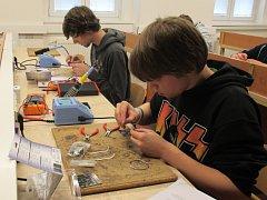 Žáci při praktické části letošního GES Electronic Cupu. Právě sestavují 3D LED kostku