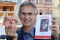 Tomáš Bursa v knize, která dnes vychází,  popisuje boj s rakovinou žaludku i cestu, která mu pomohla jej zvládnout