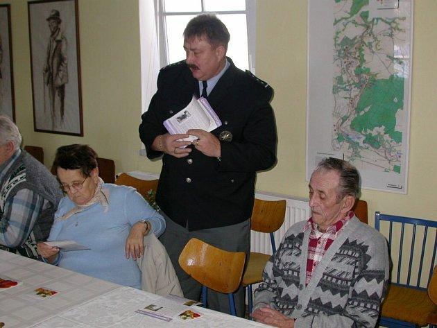Mluvčí severoplzeňských policistů Josef Aubrecht pořádá pro penzisty preventivní akce, při kterých jim rozdává i speciální letáky. Mohou si je objednat jednotlivé obecní úřady. Snímek pochází z přednášky v Dýšině