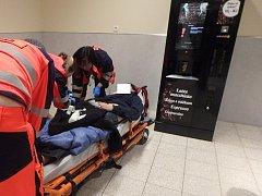 Zdrogovaného mladíka si převzali do péče záchranáři.