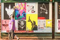 Některé plzeňské plakátovací plochy se v těchto dnech proměnily ve výstavní síně. V rámci projektu Živá galerie, jenž je součástí festivalu Živá ulice, na nich své výtvory vystavují studenti plzeňských umělecký škol. Na snímku plocha v Tylově ulici