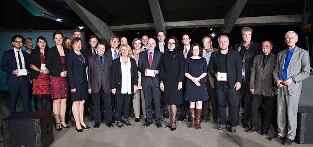 Veronika Kupková zKralovic (třetí zleva) je jednou zvítězek česko-německých žurnalistických cen 2017.