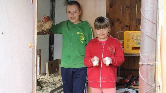 Mladý chovatel Josef Pospíšil s osmiletou sestrou Renatou, která bratrovi občas pomáhá