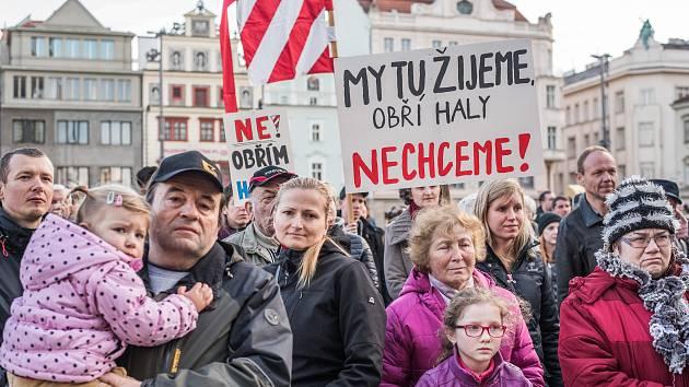 Demonstrace proti výstavbě hal v Liticích na náměstí Republiky v Plzni