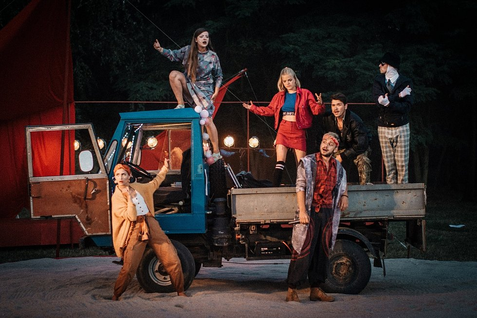 Program 14. ročníku Divadelního léta zahájí obnovená premiéra inscenace Poslední zrnko písku.
