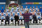 Usmívejte se! Jako by nabádal fotograf (vlevo) hokejisty Škody Plzeň při včerejším focení na týmový plakát. Pro Indiány by to ale neměl být problém. V úvodu extraligy vyhráli i druhý zápas a se šesti body jsou v čele soutěže.