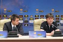 Trenér Dušan Uhrin (vpravo) odpovídá v Doněcku na otázky novinářů. Vlevo mluvčí Viktorie Pavel Pillár